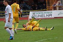 BEZ BODU. Varnsdorf (v bílém) prohrál 0:1 v Sokolově.