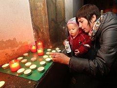 17. listopad 2016 v Děčíně: Na Husově náměstí lidé zapalovali svíčky.