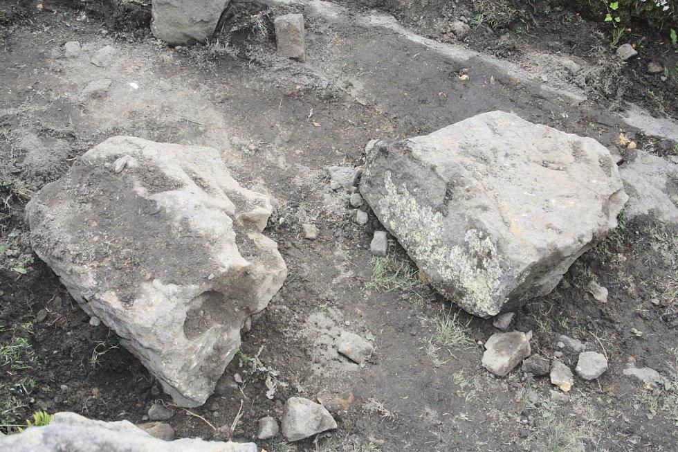 Ve Žlebu se opět řítily kameny na domy.