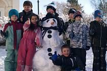 Děti stavěly Sněhuláky pro Afriku.