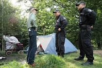 Bezdomovci se usadili u Vlčího jezera, děčínští strážníci je přišli z místa vykázat