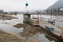 Vyšší hladina Labe už zastavila přívoz ve Velkém Březně