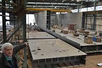 Taková zakázka tady ještě nebyla: Obří loď uveze náklad, který se vejde na 450 náklaďáků. Staví ji v Křešicích v Děčíně.