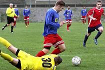 DVANÁCT BRANEK padlo v Neštěmicich. Domácí fotbalisté (modré dresy) porazili Modrou vysoko 8:4.
