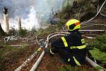 Požár zcela zničil dvě historické chaty Na Tokáni.
