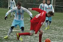 OSM BRANEK padlo v zápase dorostu FK Junior Děčín (pruhované dresy) a fotbalistů MSK Benešov nad Ploučnicí. Nakonec se v tomto utkání zrodila remíza 4:4.