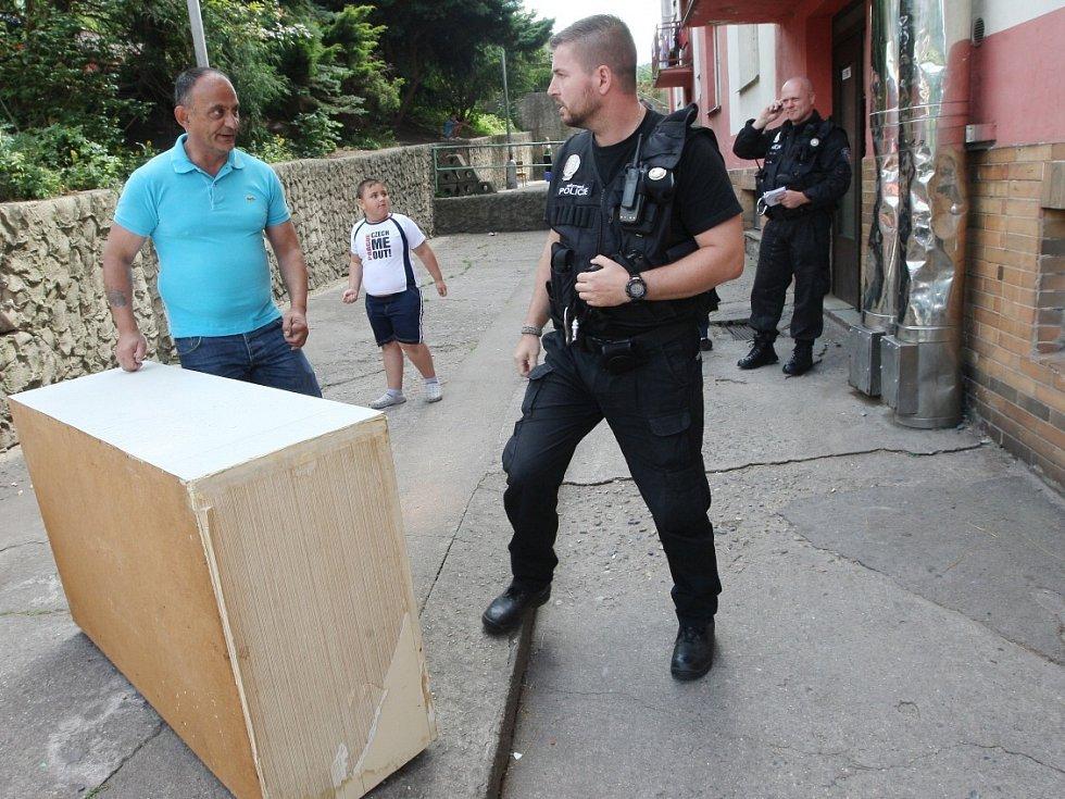 Sociálně slabí obyvatelé žijí například ve dvou panelácích na Kamenické ulici v Děčíně. Městská policie tu řeší řadu problémů.