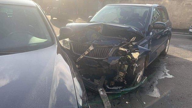 VDěčíně uOvčího můstku se srazila dvě auta.
