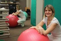 Při terapii využívá fyzioterapeutka Lucie Palaščáková také  pomůcky, například míč.