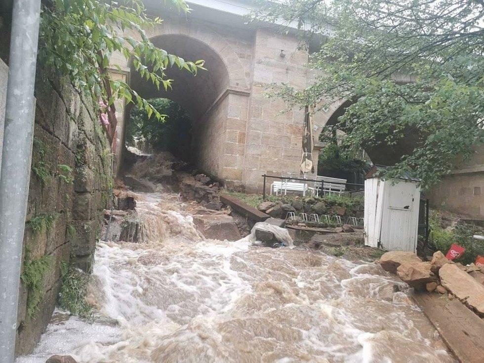 Voda řádila také v Dolním Źlebu, kde poničila cestu.
