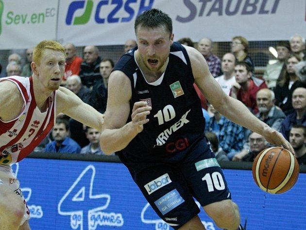 Pavel Houška je tahounem basketbalistů Děčína.