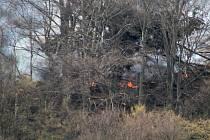Při lesním požáru nad Prostředním Žlebem zasahoval i vrtulník.