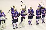 RADOST. Hokejisté Děčína vyhráli v Bílině 7:2. Do zápasu zasáhl Martin Pošusta (vlevo) a také manažer týmu Jan Havlíček (v pozadí bez helmy).