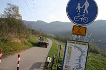 Po cyklostezce ze Žlebu směrem na Německo se klidně prohánění nákladní auta. Značka, která tu je, jim totiž vjezd nezakazuje.