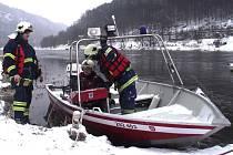 Děčínští hasiči si vyzkoušeli zásah v době povodní. Do Dolního Žlebu se dostali během několika minut na člunu.