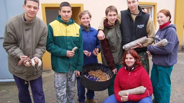 Studenti se učí jak správně zpracovat maso