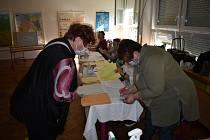 Krajské volby začaly v pátek 2. října v Děčíně. U některých místností se tvořily fronty.