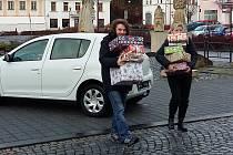 Pracovníci Kostky pomáhají i rodině v Jiříkově. Na snímku jsou při rozdávání dárků chudým.