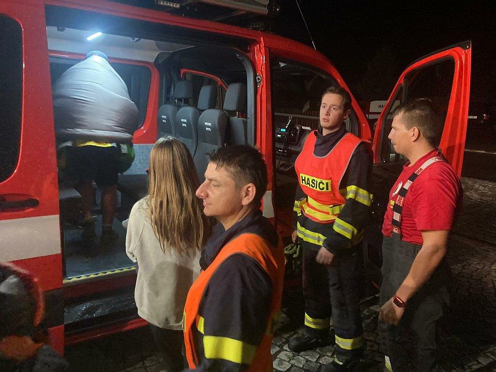 Děti z evakuovaného tábora si během čekání prohlédly kytlickou hasičskou zbrojnici.
