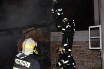 Oheň zlikvidoval mezi domky čtyři kůlny.