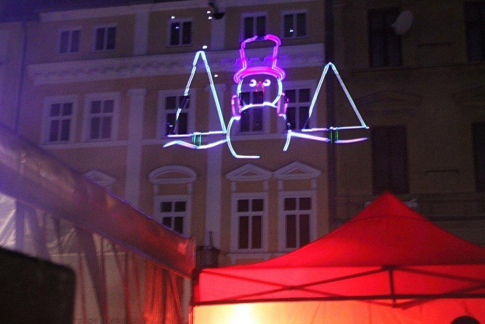 Rozsvícení vánočního stromu v Rumburku doprovázela laserová show.