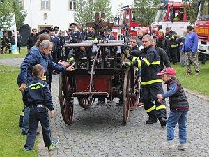 Šluknovští hasiči oslavili 150 let v zámeckém parku.