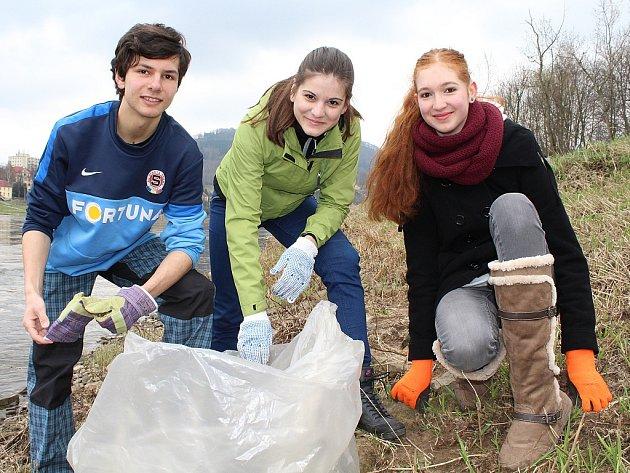 Dobrovolníci v Děčíně uklízeli levý břeh řeky Labe.
