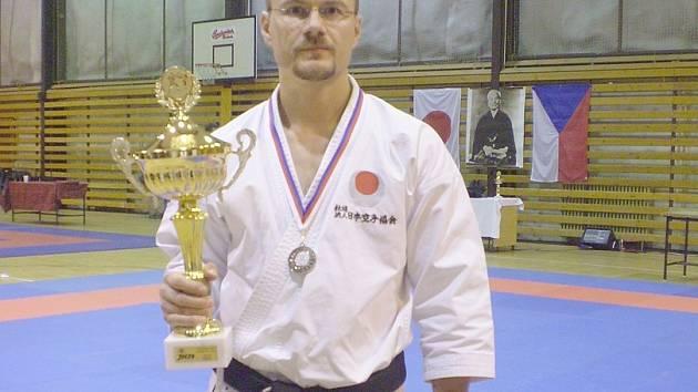 Úspěšný Jan Steklý s trofejí.,
