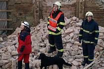 Záchranáři se psy prohledávali sutiny domu