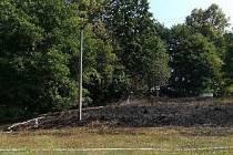 Požár po vypalování trávy v Martiněvsi.