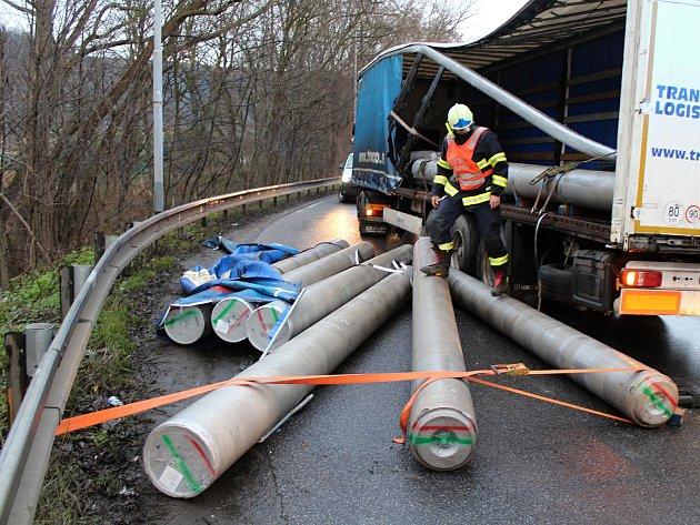 Vysypaný náklad blokoval dopravu v Děčíně.