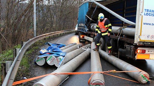 Vysypaný náklad blokoval dopravu v Děčíně