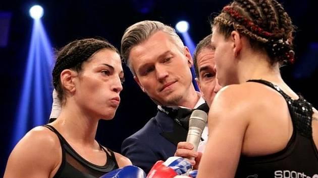 PORÁŽKA. Lucie Sedláčková (vlevo) svůj poslední zápas v ringu nezvládla.