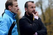CO NA TÁBORSKO VYMYSLÍ? Vlevo asistent Ivan Kopecký, vpravo trenér FK Varnsdorf Zdenko Frťala.