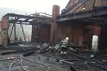 U požáru stodoly v Malé Veleni zasahovalo v noci na pondělí několik jednotek profesionálních i dobrovolných hasičů z Děčínska