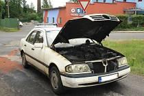 Řidička s dcerou se stačily před plameny zachránit.