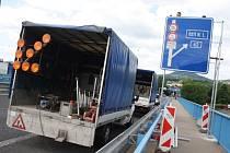 V úterý dopoledne byla na mostě v Děčíně nainstalovaná značka, která posílá kamiony na silnici podél Labe.