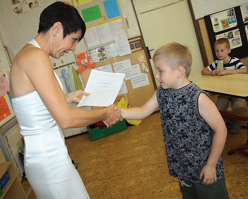 První závěrečné vysvědčení dostali prvňáčci z děčínské Základní školy Komenského.