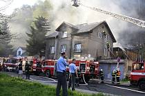Požár kůlny u domu na Teplické ulici zaměstnal děčínské hasiče.