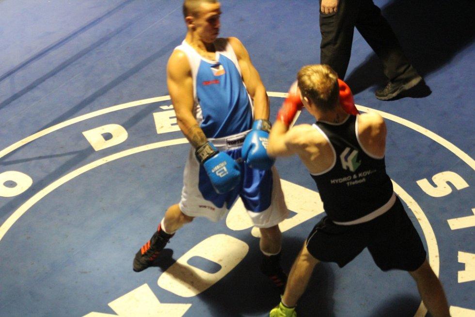 VÝHRA NAD TŘEBONÍ. K té přispěl i děčínský Baláž (v modrém), který ve váze 64 kg porazil Teplého z Třeboně.