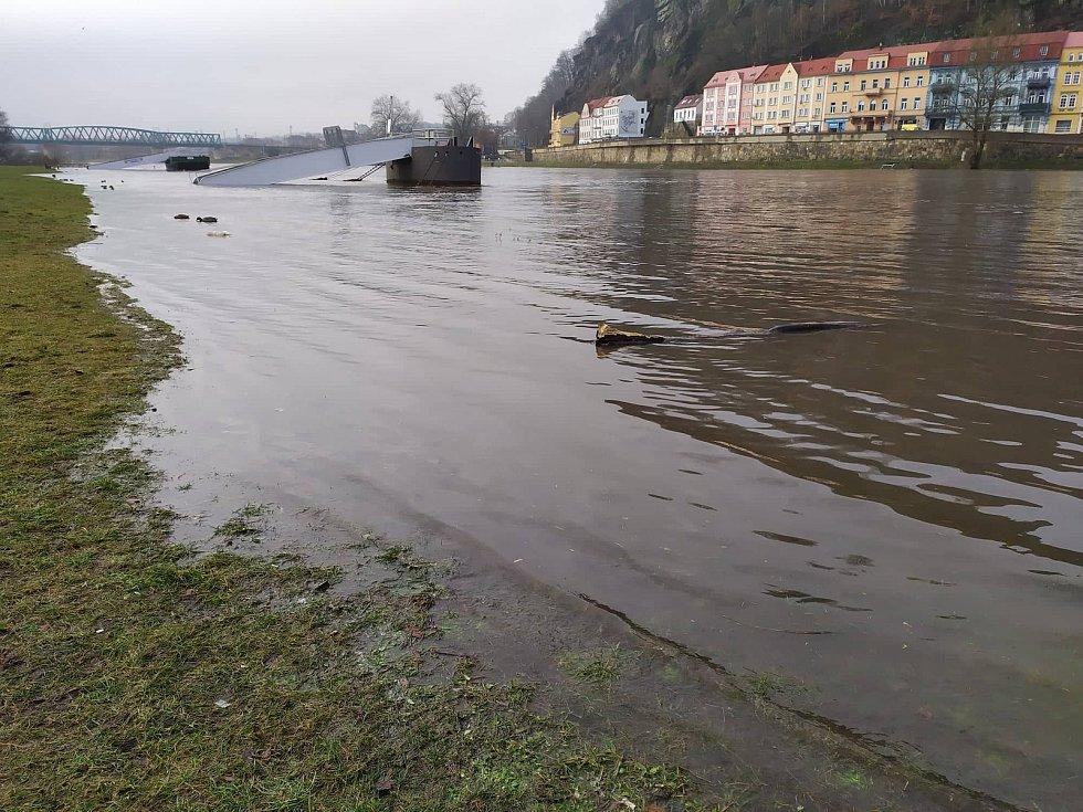 Labe zatopilo v pátek dopoledne silnici do Dolního Žlebu.