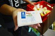 Máslo od sedláka nabízí farmářský krámek na mostecké tržnici. Cena je 320 Kč/kg. Obchůdek nabízí i mléko s pěti procenty tuku.