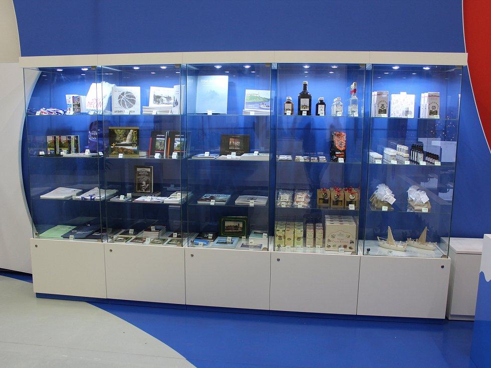 Nové infocentrum zaujme moderním designem. Nabízí i regionální produkty.