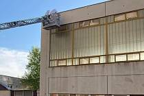 Hasiči vyjeli k likvidaci vosího hnízda z budovy boletické školy.