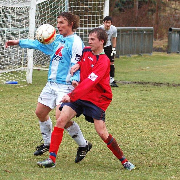 ONDŘEJ BARILLA (v pruhovaném) patřil v závěru sezóny k důležitým hráčům FK Jílové. Na snímku proti Junioru Děčín, kdy Jílové vyhrálo hladce 3:0.