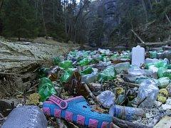 Vzkaz v lahvi našli pracovníci správy parku mezi naplavenými odpadky.