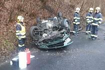 Řidička u Valkeřic obrátila auto na střechu, zranila se