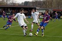 Fotbalisté Vilémova (v bílém) slaví další vítězství, tentokráte porazili Přední Kopaninu.