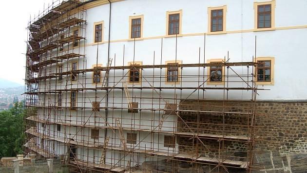 Skoro třicet milionů korun v polovině devadesátých let stála oprava střechy děčínského zámku, kterou tehdy zajišťovala děčínská firma Marboro. Peníze spadly doslova do černé díry.