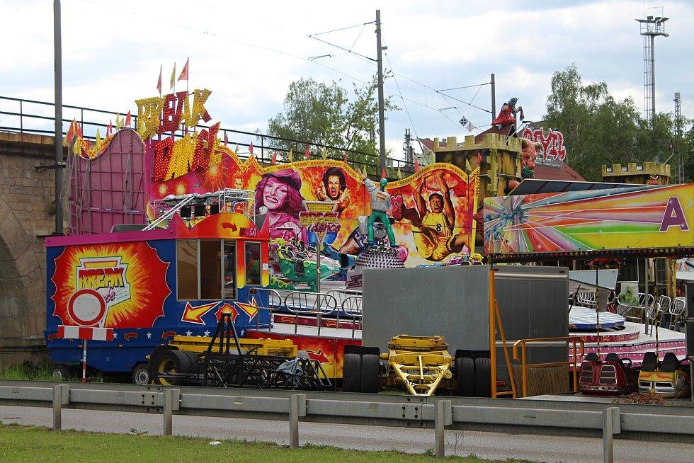 Lunapark park na parkovišti u železničního mostu v Děčíně.